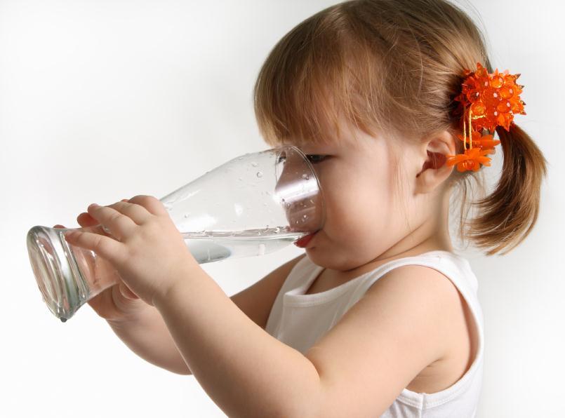 Porque beber água reduz o stress e porque não deve usar garrafas de plástico